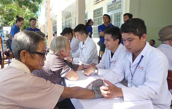 Các hoạt động từ thiện thăm khám cho người lớn tuổi, trẻ em, công nhân luôn rất được các y sĩ ủng hộ